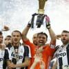Buffon alza la coppa: la premiazione della Juventus campione d'Italia