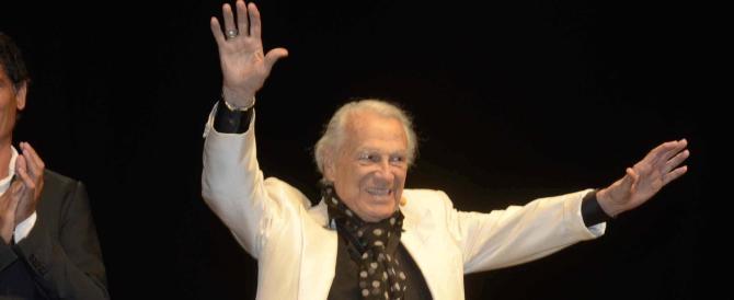 L'attore Giorgio Albertazzi festeggia in scena il suo 90/o compleanno sul palco della Versiliana a Marina Pietrasanta, 20 agosto 2013. ANSA/UFFICIO STAMPA LA VERSILIANA ++ NO SALES, EDITORIAL USE ONLY ++